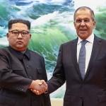 金正恩朝鮮労働党委員長(左)とラブロフ外相