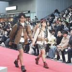 渋谷の稲荷橋広場でファッションショー