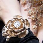 1万5858個のダイヤ、輝く花形の腕時計