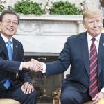 トランプ米大統領(右)と文在寅大統領