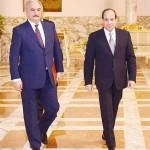 シシ大統領(右)とハフタル・リビア元国軍将校