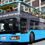 開放感がある2階席の屋根がないバスを運行
