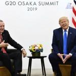 29日、大阪市内で会談に臨むトルコのエルドアン大統領(左)とトランプ米大統領(AFP時事)