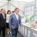原田義昭環境相(手前左)とアンドリュー・ウィーラー米環境保護庁