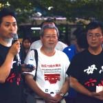 天安門事件追悼集会であいさつする民主中国陣戦の王戴代表(写真一番左) =-4日午後、東京・JR渋谷駅前