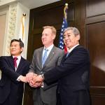 岩屋毅防衛相(右)とシャナハン米国防長官代行(中央)、鄭景斗韓国国防相