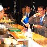 20カ国・地域首脳会議(G20サミット)の会場内で大阪の名物たこ焼きを試食する河野太郎外相
