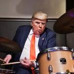 華麗にドラムをたたくドナルド・トランプ米大統領に扮するデニス・アランさん =27日午後、大阪市中央区のジャズバーCOMODO