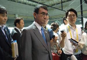 20カ国・地域首脳会議(G20サミット)の会場で報道陣の取材に答える河野太郎外相