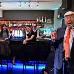 歌を披露するドナルド・トランプ米大統領に扮するデニス・アランさん =27日午後、大阪市中央区のジャズバーCOMODO-3