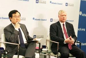 ビーガン北朝鮮特別代表(右)と李度勲・平和交渉本部長