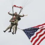 97歳の元米兵ライス氏がパラシュートで降下