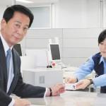 俳優の杉良太郎さん、運転免許証を返納する