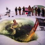 水温はマイナス1・5℃、冬至の「極寒風呂」
