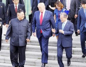 金正恩朝鮮労働党委員長(前列左)、トランプ米大統領(同中央)、文在寅大統領(同右)