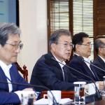 文在寅大統領(左から2人目)