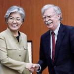 康京和外相(左)とボルトン米大統領補佐官