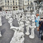 「ナントへの旅」、大量の男女の像が現る