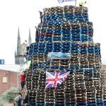 間もなく炎上、木材を高く積み上げた巨大な塔