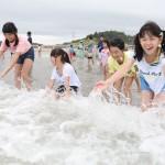 南相馬で海開き、9年ぶりに子供たちの歓声
