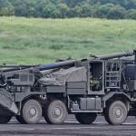 初公開された19式155mm自走りゅう弾砲 =25日午後、静岡県東富士演習場