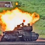 スラローム射撃を披露する10式戦車 =25日午前、静岡県東富士演習場