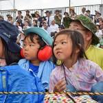 興味津々の子供達 =25日午前、静岡県東富士演習場