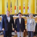 ポンペオ米国務長官(左)と河野太郎外相(中央)、韓国の康京和外相