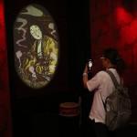 「女妖怪の城」では太鼓を叩くと鏡の中から美しい女妖怪の姿が。写真は絡新婦(じょろうぐも)