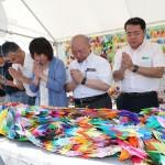 鎮魂と再生へ祈り、5万羽の折り鶴が献花台に