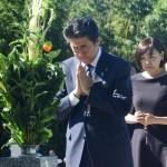 安倍首相、昭恵夫人と父・晋太郎元外相の墓参り