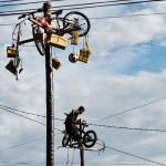 油が塗られた棒をよじ登り、自転車をゲット!