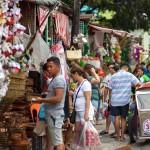 クリスマス用品を買い求める客で賑わう通り沿いの露天商
