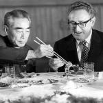 周恩来中国首相(左)とキッシンジャー米国務長官