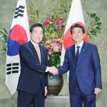 李洛淵首相(左)と安倍晋三首相
