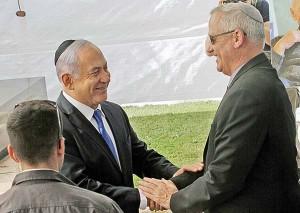 ネタニヤフ首相(左)とガンツ氏