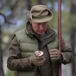プーチン大統領、67歳の誕生日にキノコ狩り
