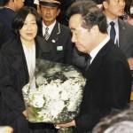 韓国の李洛淵首相がJR新大久保駅で献花