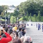 皇居前広場に響く「万歳!」、千余人が集まる