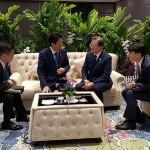 安倍晋三首相(中央左)と文在寅大統領