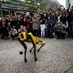 ダイナミクス社の機械犬「スポット」が大人気