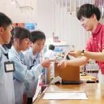 小学生が税務署員体験、軽減税率などを学ぶ