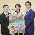 パラリンピック選手らが安倍首相に絵画を贈呈