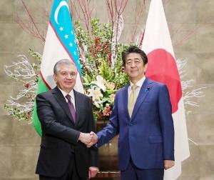 ミルジヨエフ大統領(左)と安倍晋三首相