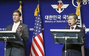 エスパー米国防長官(左)と鄭景斗国防相