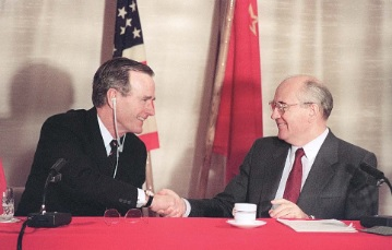 1989年12月3日、地中海のマルタで行われた首脳会談後、共同記者会見で握手するブッシュ米大統領(左)とゴルバチョフ・ソ連共産党書記長(AFP時事)