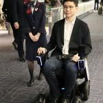 次世代型の電動車いす、空港で実験走行を行う