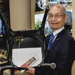 吉野彰さん、ノーベル博物館で椅子にサイン