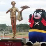 人気漫画「ワンピース」の「サンジ」像の除幕