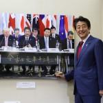 安倍首相が「報道写真展」鑑賞、直筆でサイン
